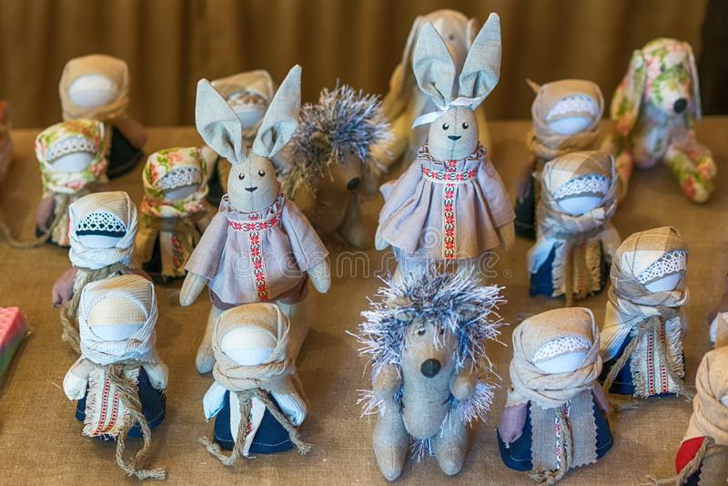 BREST, BIELORRUSIA - 28 DE JULIO DE 2018: Muñecas hechas en casa foto de archivo libre de regalías
