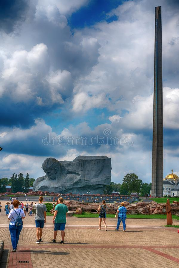 BREST, BIELORRUSIA - 28 DE JULIO DE 2018: obelisco del ciento-metro bajo la forma de bayoneta tetraédrica del rifle ruso del syst fotos de archivo libres de regalías