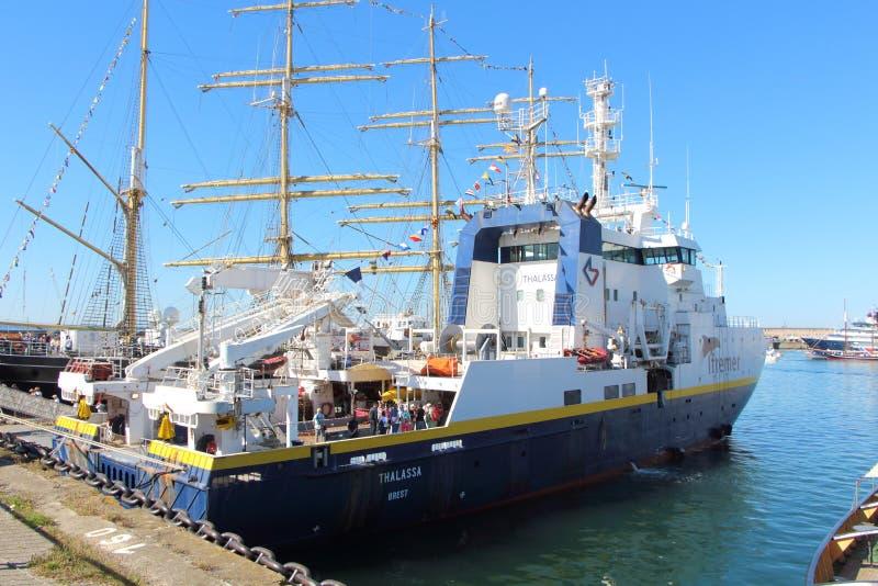 BREST, FRANKRIJK - JULI 18: Franse oceanografische boot Thalassa binnen stock foto's