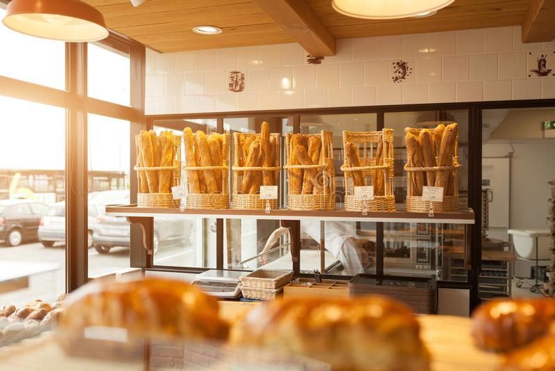 Bresta, França padaria moderna do 28 de maio de 2018 com tipos diferentes do pão, dos bolos e dos bolos foto de stock