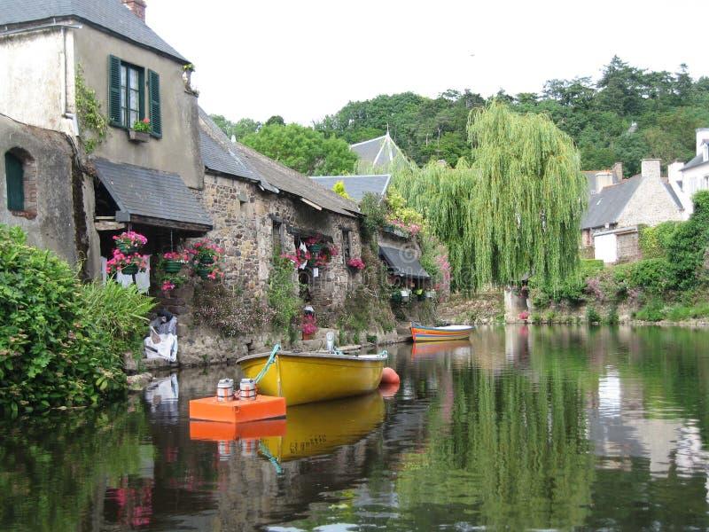 In Bretagne gesehen den malerischen Häusern mit ihren blumigen Fassaden lizenzfreies stockbild