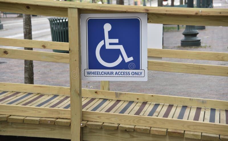 Bretelle d'accès de fauteuil roulant pour les handicapés photos libres de droits