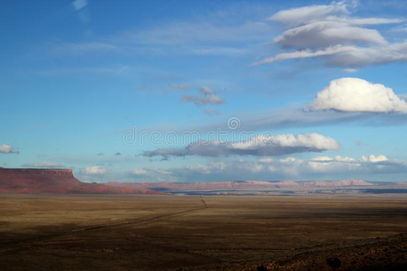Brett öppet och gigantiskt landskap i det västra av USA arkivfoto