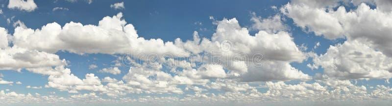 Brett baner med moln över plant land som är större på förgrund, mindre baksida i avstånd fotografering för bildbyråer