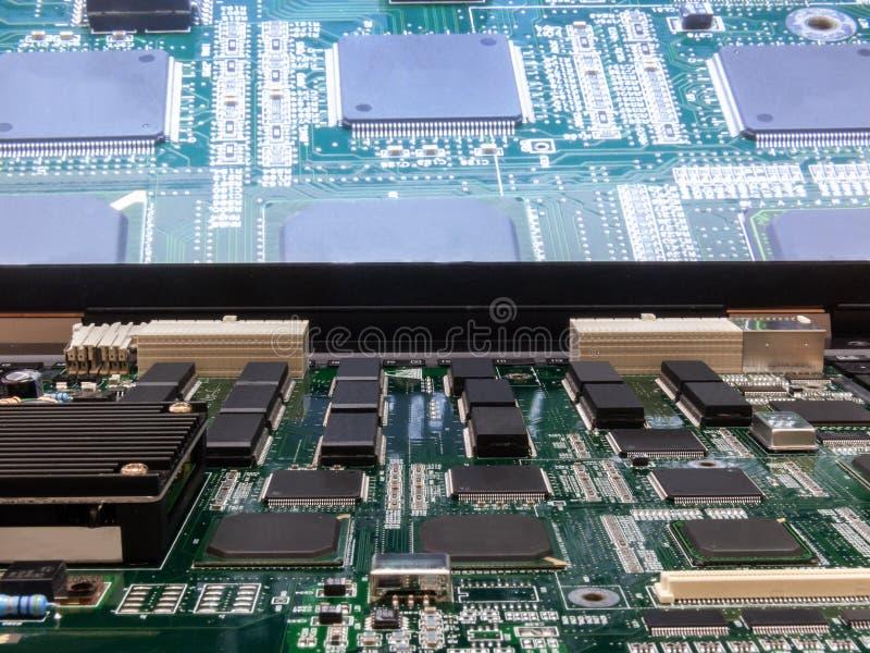 Brett der elektronischen Schaltung mit Chips und Schirm Nahaufnahme lizenzfreie stockfotos