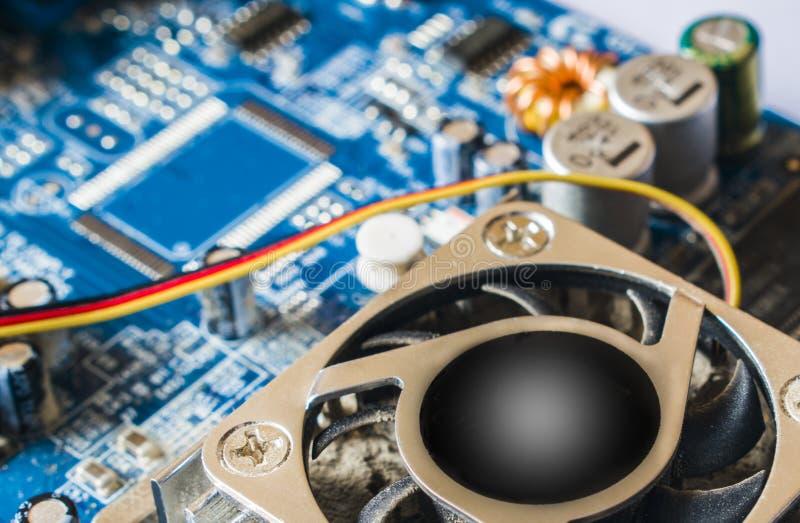 Brett der elektronischen Schaltung mit Prozessor und elektrotechnischen Elementen stockfoto