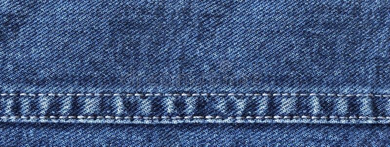 Brett grov bomullstvillbaner med dekorativa sömmar för jeans arkivfoton