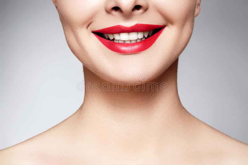 Brett leende av den unga härliga kvinnan, perfekta sunda vita tänder Tand- blekmedel, ortodont, omsorgtand och wellness royaltyfri bild