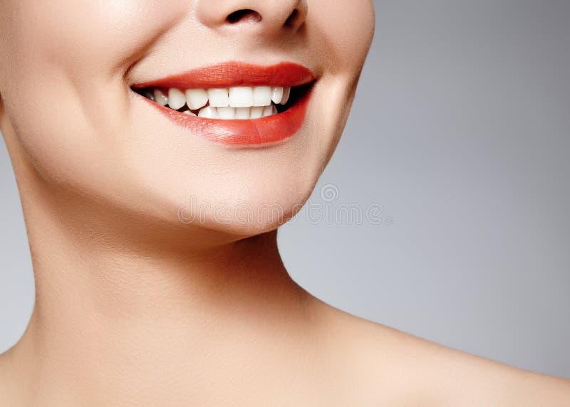 Brett leende av den unga härliga kvinnan, perfekta sunda vita tänder Tand- blekmedel, ortodont, omsorgtand och wellness royaltyfri foto