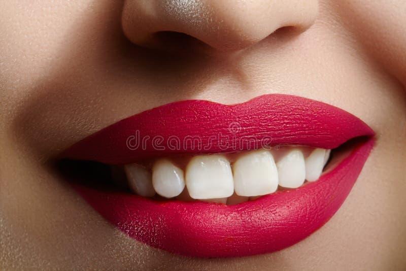 Brett leende av den unga härliga kvinnan, perfekta sunda vita tänder Tand- blekmedel, ortodont, omsorgtand och wellness fotografering för bildbyråer