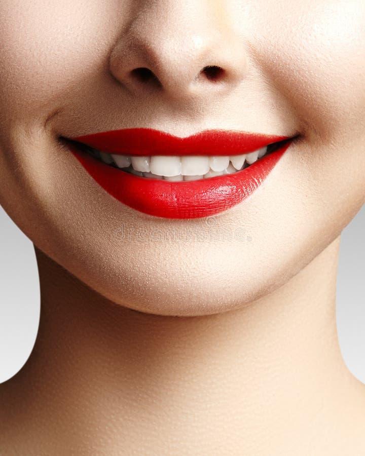 Brett leende av den unga härliga kvinnan, perfekta sunda vita tänder Tand- blekmedel, ortodont, omsorgtand och wellness arkivbild