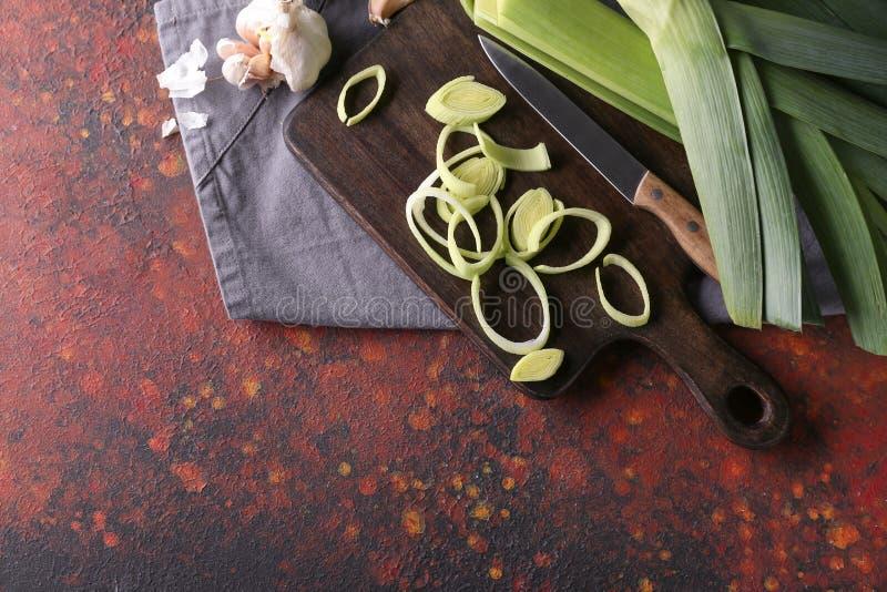 Brett mit geschnittenem rohem Porree auf Tabelle stockfotos