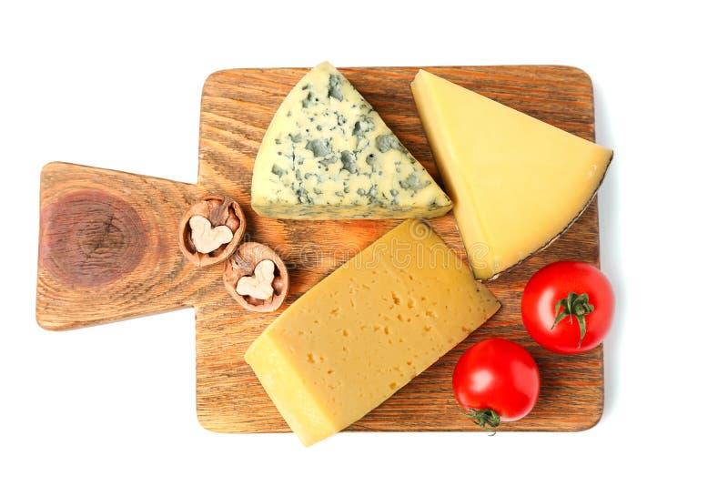 Brett mit Zusammenstellung des köstlichen Käses lizenzfreies stockbild