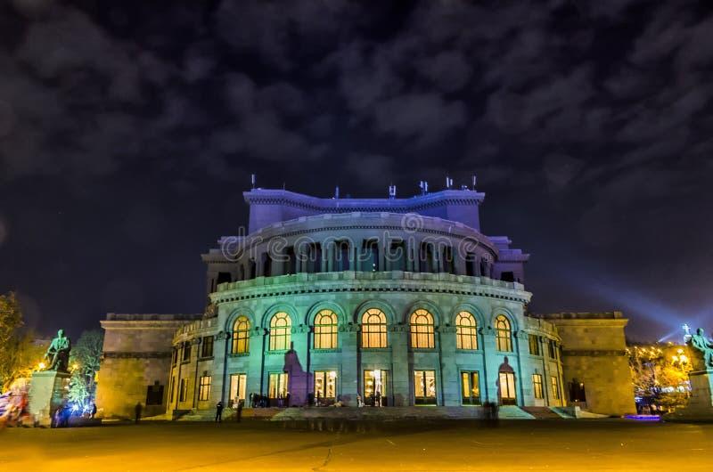 Brett skott för låg vinkel av operahuset i Yerevan, Armenien på natten royaltyfria bilder