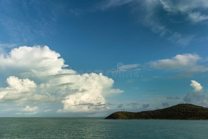 Brett skott under cloudscape av gods ö, Australien arkivfoto