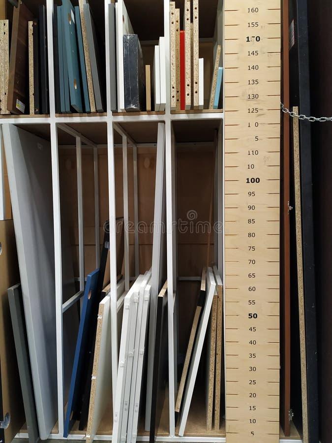 Bretter sind für Möbel Versammlung unterschiedlich Messendes Band, zum der Größe der Holzverkleidung zu bestimmen lizenzfreies stockfoto