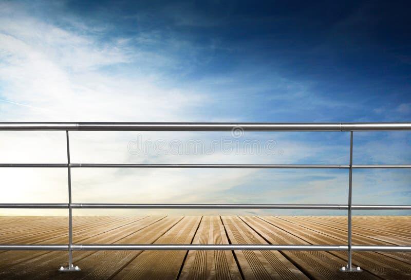 Bretterboden mit Metallbalustrade und blauem Himmel lizenzfreie stockbilder