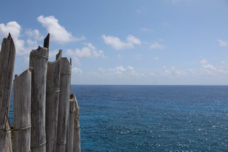 Bretterzaun über Sunny Caribbean Sea in Jamaika stockbilder