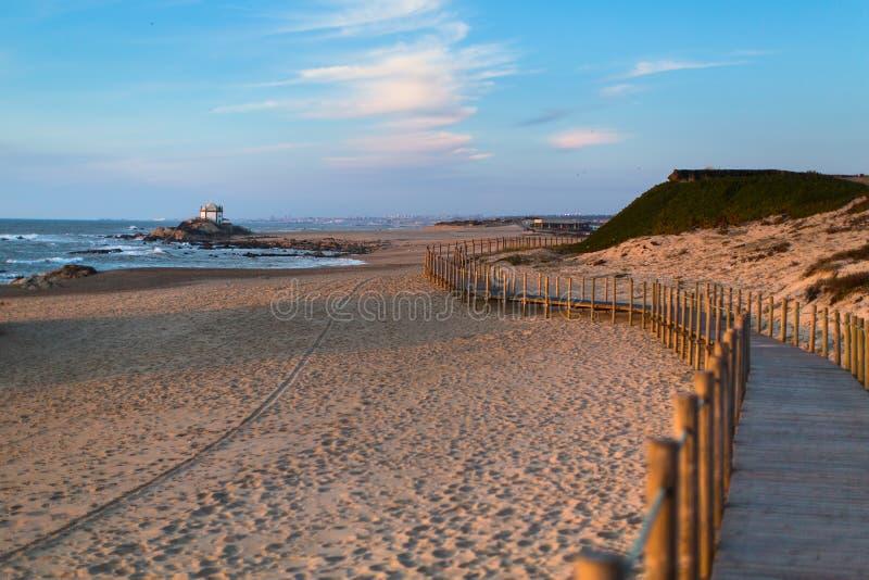 Bretterzaun auf Sanddünen an Miramar-Strand auf der Atlantikküste von Portugal nave stockbilder