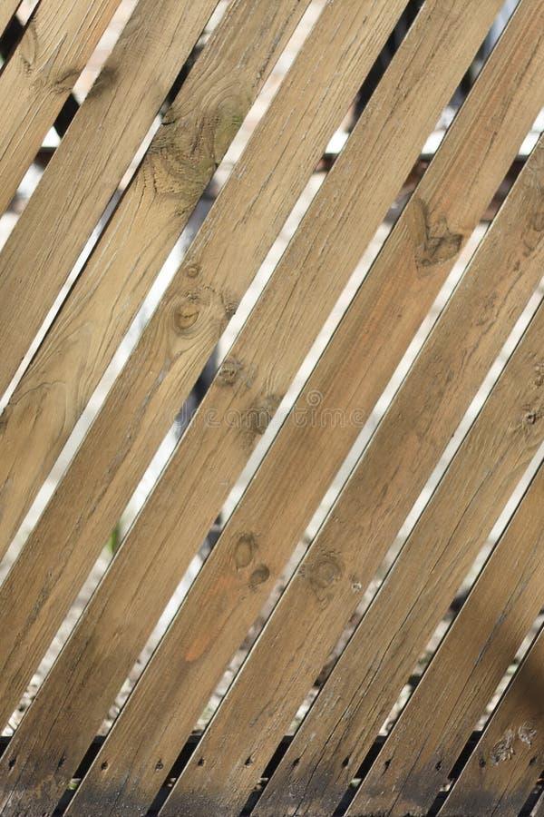 Bretterzaun mit diagonalen Brettern stockbild