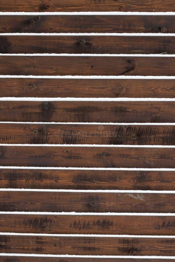 Bretterzaunhintergrund mit dem Schnee, der auf den Brettern liegt lizenzfreie stockbilder
