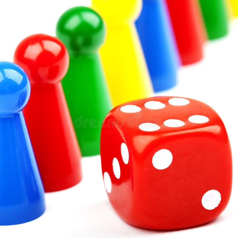 Brettspiel-Stücke und Würfel stockbild