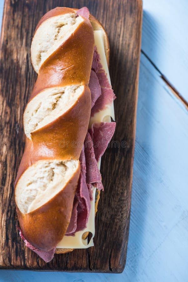 Bretzel avec du boeuf et le fromage rôtis, sandwich photo stock
