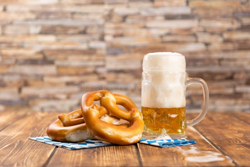 Bretzel et bière pour oktoberfest allemand photos stock