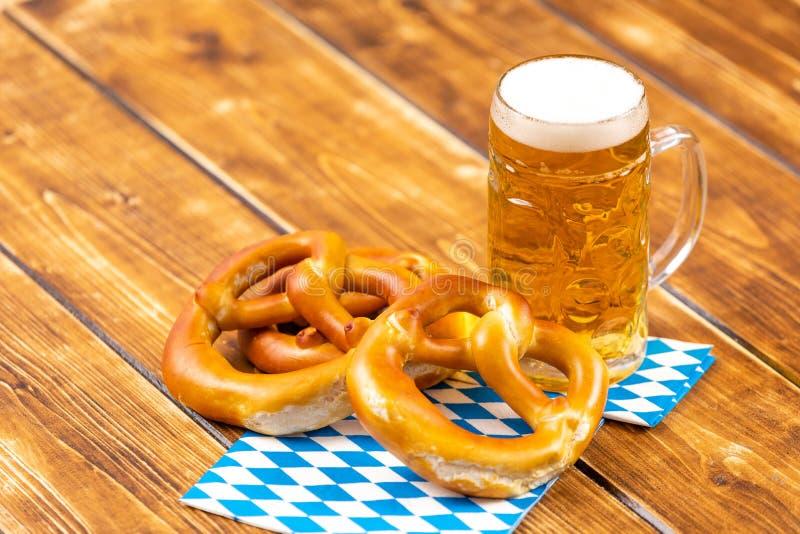 Bretzel et bière pour oktoberfest allemand photographie stock