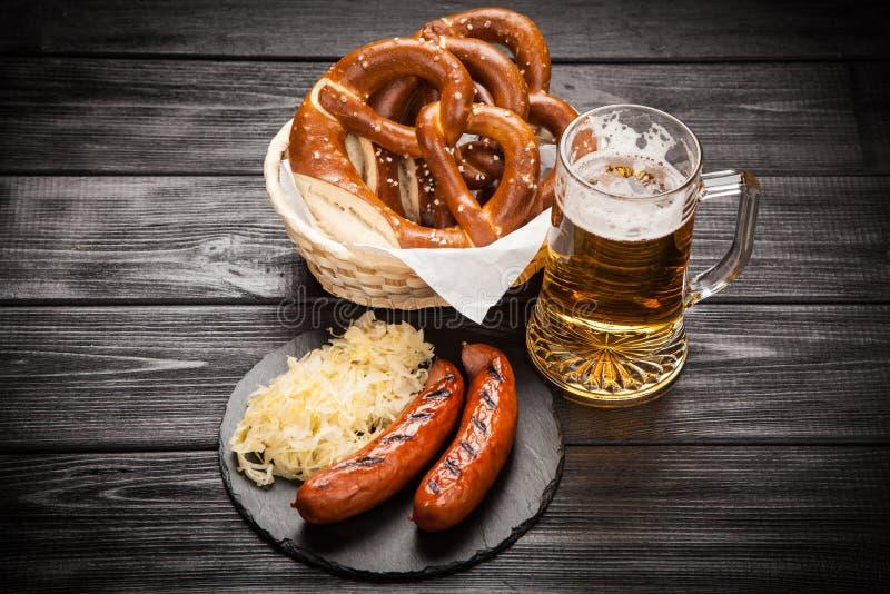 Bretzels, bratwurst et choucroute photographie stock libre de droits