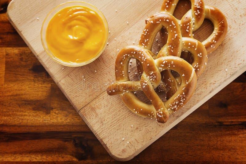 Bretzels et fromage images stock