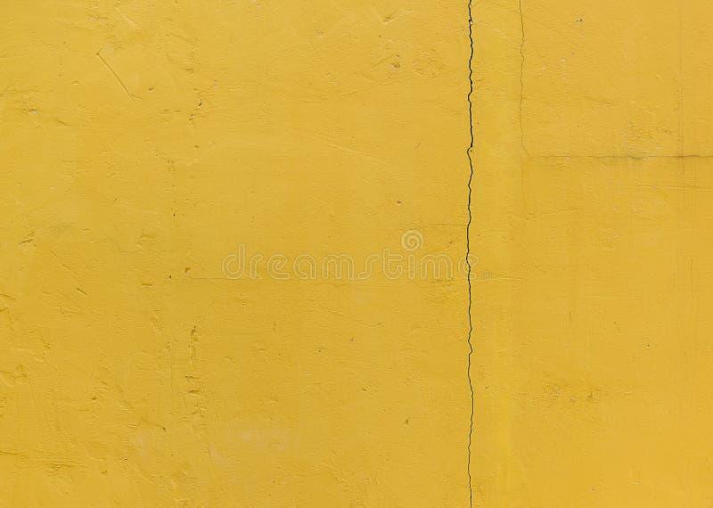 Breuk in de muur, de Gele muur van het grungecement, textuurbackgro royalty-vrije stock foto