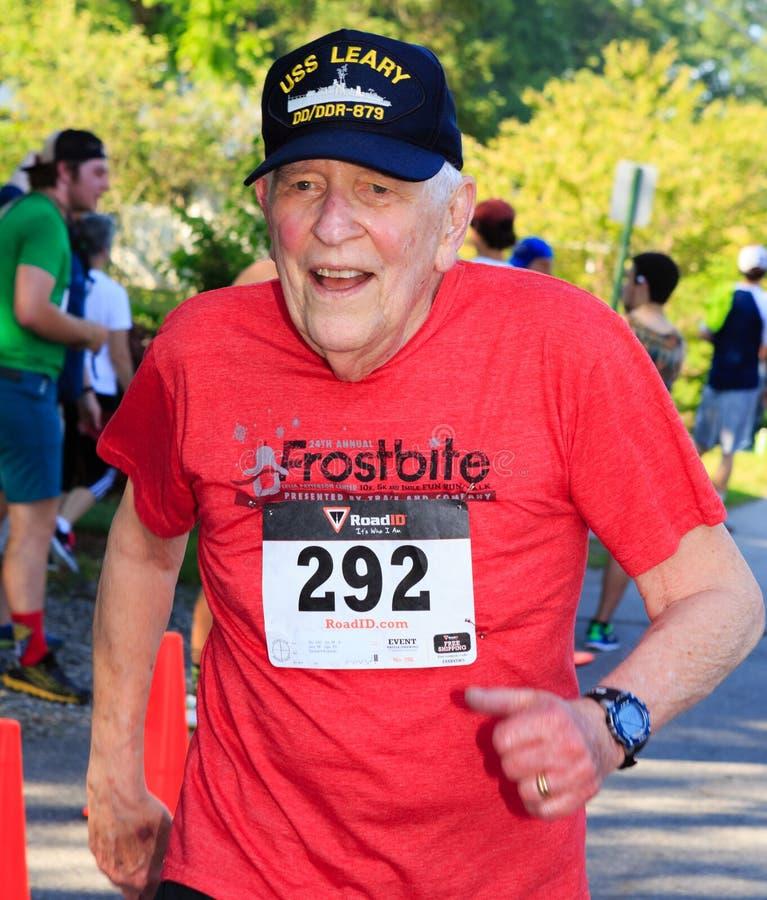 BREVARD, NC 28 de mayo de 2016 - el hombre mayor feliz corre en la raza blanca de la ardilla con sobre 350 corredores en Brevard, imagen de archivo