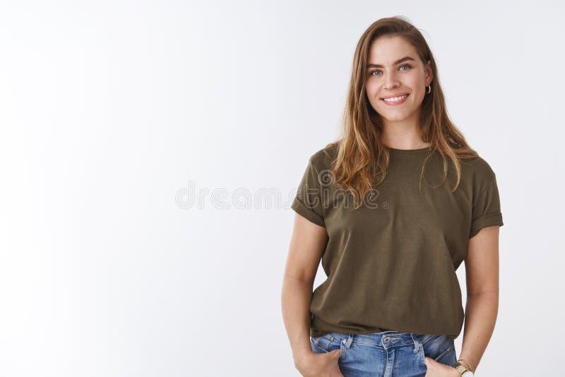 Breve taglio di capelli della giovane castagna urbana moderna attraente della donna che porta maglietta verde oliva che si tiene  fotografie stock