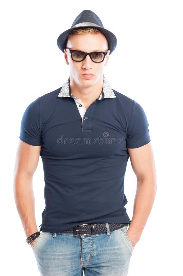 Brevi jeans, camicia blu, occhiali da sole e cappello fotografia stock libera da diritti