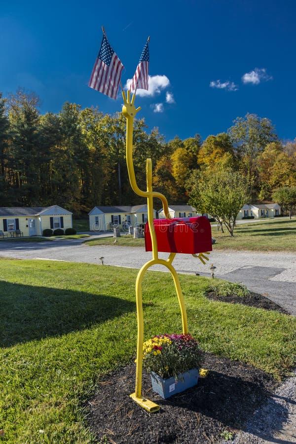 Brevlåda med USA-flaggan, nära Milford, CT, Oktober 18, 2016 royaltyfri fotografi