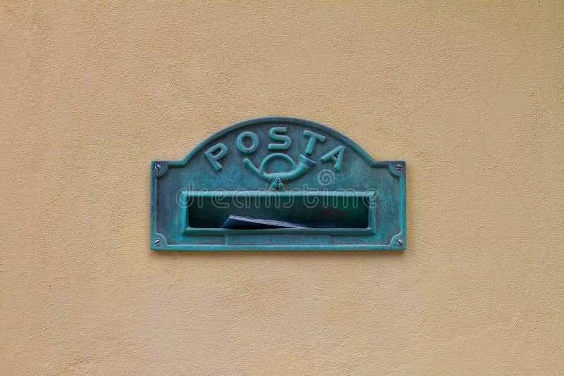 Brevlådan i Italien med inskriften i italienskt ordpostaen betyder post på den gula väggen av huset royaltyfria bilder