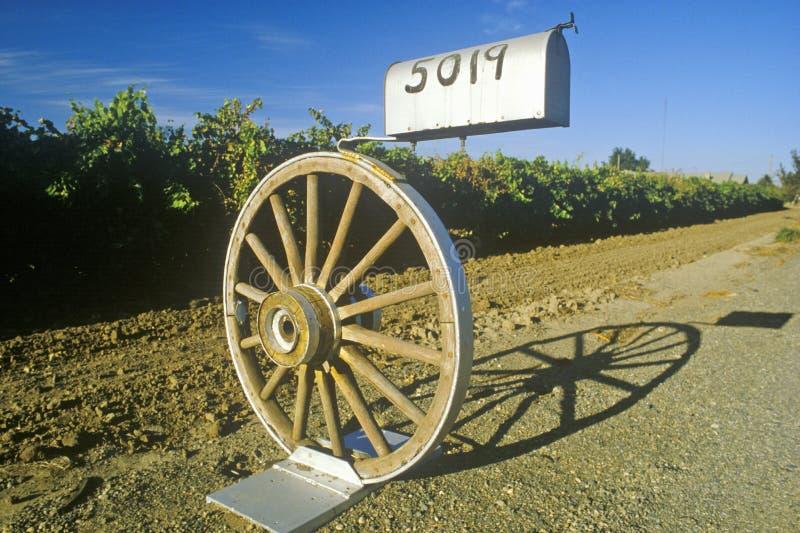 Brevlådan monterade på vagnhjulet, Modesto, CA arkivbild