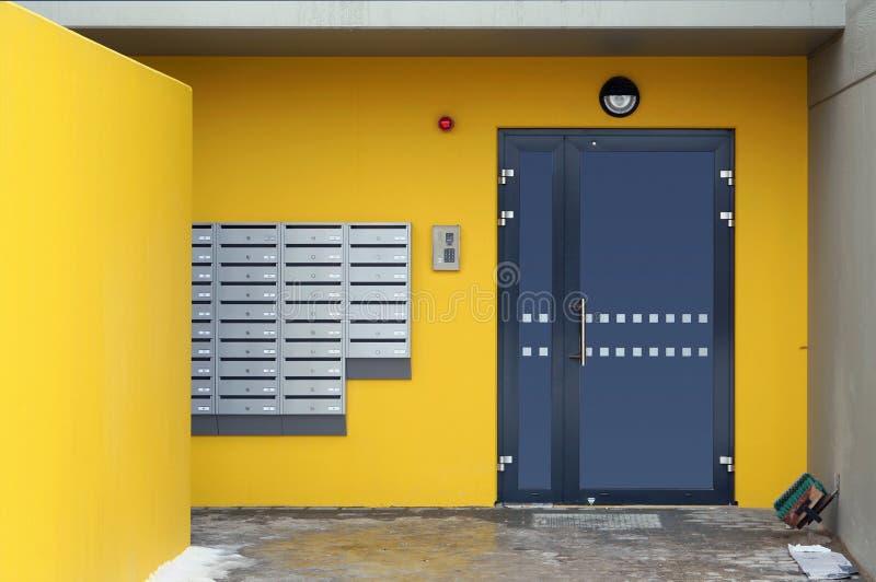 Brevlådor, det kodade låset och säkerhetslarmsystem arkivfoton