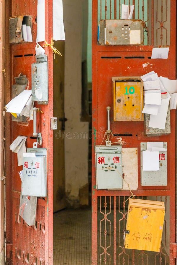 Brevlådor på metalldörr royaltyfri bild