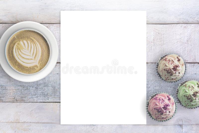Brevpapper bredvid några muffin och rånar med kaffe Tomt kopieringsutrymme och förälskelsebegrepp royaltyfri fotografi