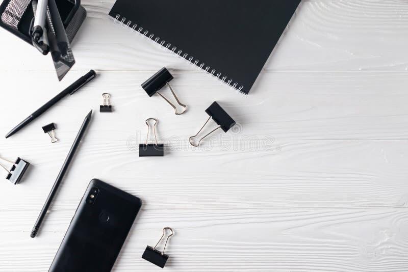 Brevpapper för kontorsaffärssvart inklusive anteckningsboken, penna, telefon royaltyfria bilder