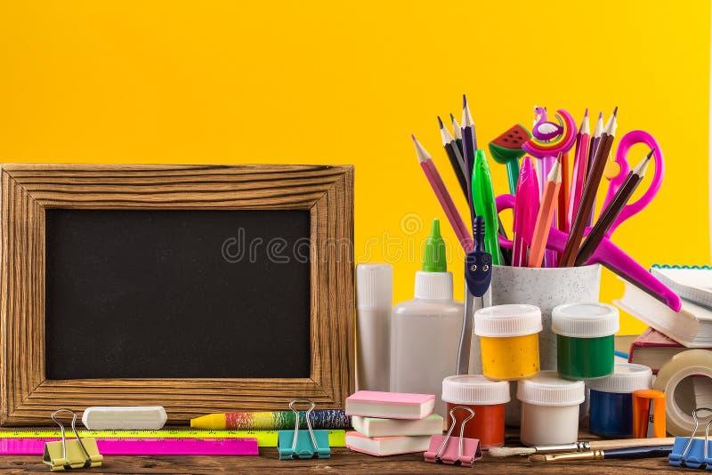 Brevpapper på en tabell på ljus gul pappers- bakgrund royaltyfri bild