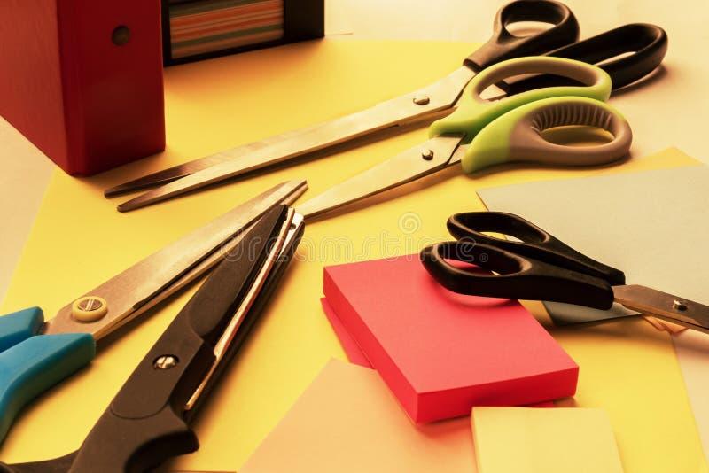 Brevpappersax för arbete, skola och hobbyer av olika format, formklistermärkear på skrivbordet arkivfoton