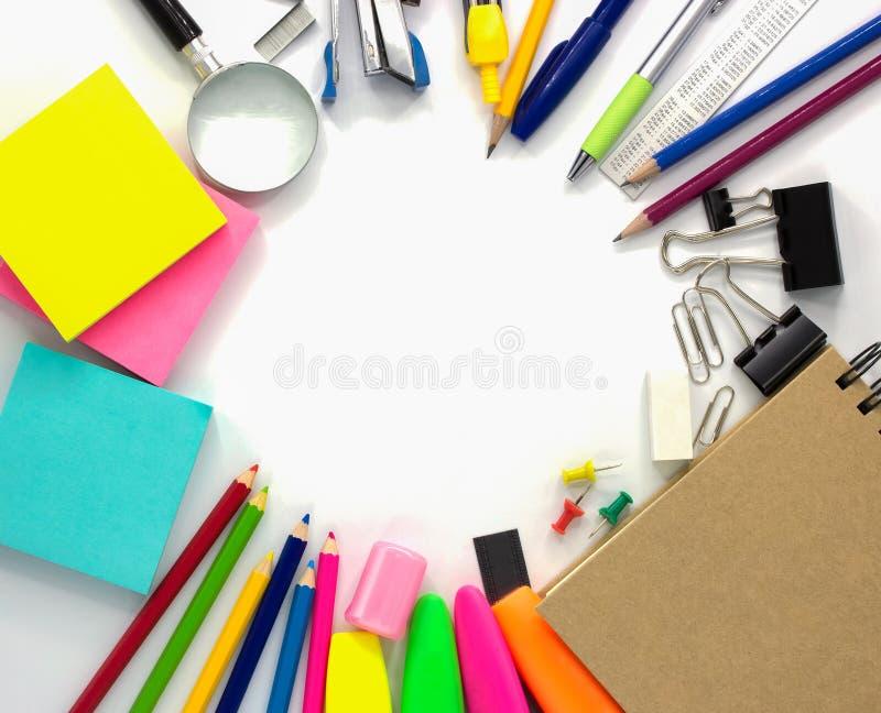Brevpappertillbehör som isoleras på vit bakgrund, produkter för kontorstillförsel, bästa sikt med kopieringsutrymme arkivbilder