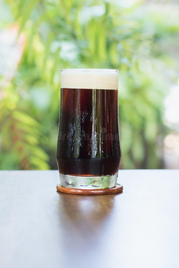 Brew froid nitro de café en verre sur le café extérieur de table photographie stock