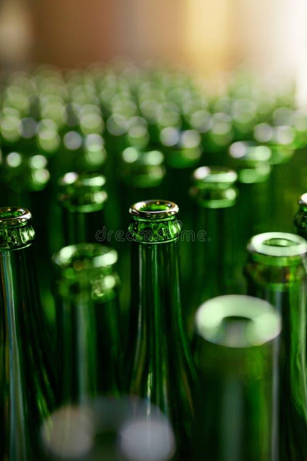 brewery Bottiglie di birra sulla fabbricazione immagini stock