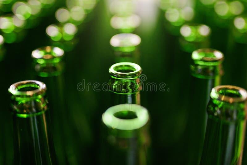 brewery Bottiglie di birra sulla fabbricazione fotografie stock
