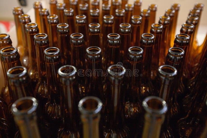brewery Bottiglie di birra di vetro vuote, la vista superiore fotografia stock