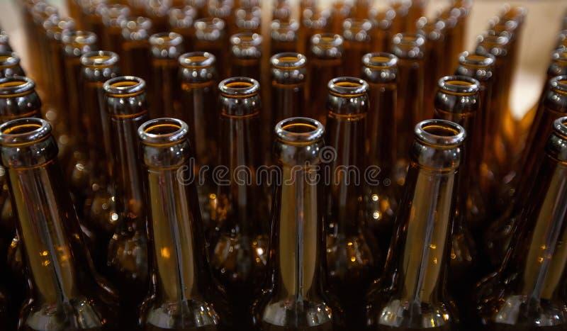 brewery Bottiglie di birra di vetro vuote, la vista superiore immagini stock libere da diritti
